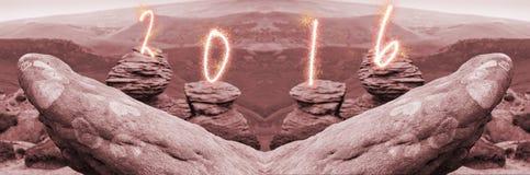 La fecha 2016 escrita en rocas y en el fondo es una opinión pintoresca sobre las colinas, parque nacional del distrito máximo, De Imágenes de archivo libres de regalías