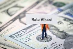 La FEDERAZIONE considera l'aumento di tasso di interesse, l'economia del mondo e l'inflazione c fotografia stock libera da diritti