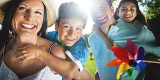 La felicidad de la vinculación de la familia al aire libre parquea concepto Imagen de archivo libre de regalías