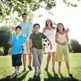 La felicidad de la vinculación de la familia al aire libre parquea concepto Fotos de archivo