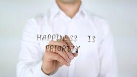 La felicidad es prioridad, escribiendo en el vidrio fotografía de archivo