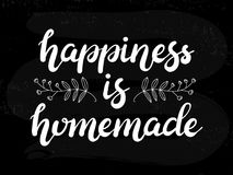 La felicità disegnata a mano è manifesto casalingo dell'iscrizione di tipografia su fondo strutturato lavagna fotografie stock
