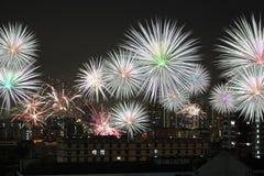 La Feliz Año Nuevo de la celebración de los fuegos artificiales en ciudad Fotos de archivo