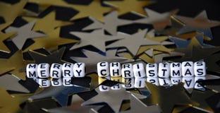 La Feliz Año Nuevo en los cubos blancos en la plata de oro protagoniza el fondo Imagen de archivo libre de regalías