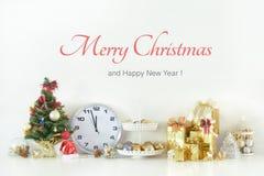 La Feliz Año Nuevo, la Navidad con las bolas de la celebración y la otra decoración Imagen de archivo libre de regalías