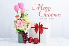 La Feliz Año Nuevo, la Navidad con las bolas de la celebración y la otra decoración Imagenes de archivo