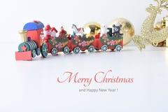 La Feliz Año Nuevo, la Navidad con las bolas de la celebración y la otra decoración Imágenes de archivo libres de regalías