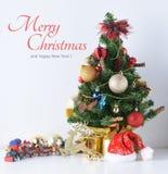 La Feliz Año Nuevo, la Navidad con las bolas de la celebración y la otra decoración Fotos de archivo