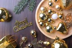 La Feliz Año Nuevo, la Navidad con las bolas de la celebración y la otra decoración Foto de archivo
