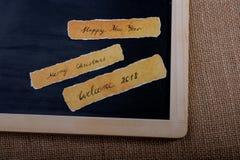 La Feliz Año Nuevo, Feliz Navidad, da la bienvenida a 2018 escrito el papel Imágenes de archivo libres de regalías