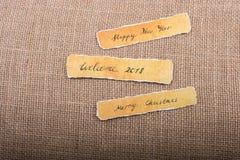 La Feliz Año Nuevo, Feliz Navidad, da la bienvenida a 2018 escrito el papel Imagen de archivo libre de regalías