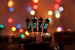 La Feliz Año Nuevo se escribe con una luz de la lámpara Lámparas electrónicas de radio Enhorabuena diseñada original con un bokeh Imagen de archivo libre de regalías