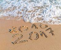 La Feliz Año Nuevo 2017 substituye el concepto 2016 en la playa del mar Imagen de archivo libre de regalías