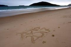La Feliz Año Nuevo 2017 substituye 2016, poniendo letras en la playa Imagenes de archivo
