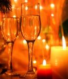 La Feliz Año Nuevo y la Feliz Navidad diseñan la tarjeta con las flautas y la vela Imagen de archivo