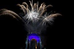 La Feliz Año Nuevo y los felices fuegos artificiales de Navidad en triunfo forman arcos Imagenes de archivo
