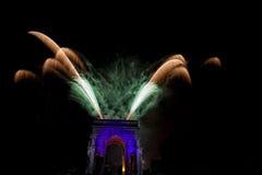 La Feliz Año Nuevo y los felices fuegos artificiales de Navidad en triunfo forman arcos Foto de archivo