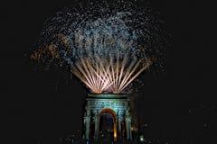 La Feliz Año Nuevo y los felices fuegos artificiales de Navidad en triunfo forman arcos Fotos de archivo