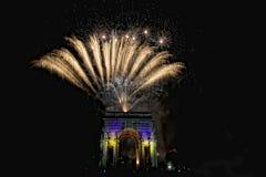 La Feliz Año Nuevo y los felices fuegos artificiales de Navidad en triunfo forman arcos Imagen de archivo libre de regalías