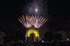 La Feliz Año Nuevo y los felices fuegos artificiales de Navidad en triunfo forman arcos Fotografía de archivo