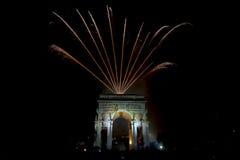 La Feliz Año Nuevo y los felices fuegos artificiales de Navidad en triunfo forman arcos Foto de archivo libre de regalías