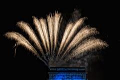 La Feliz Año Nuevo y los felices fuegos artificiales de Navidad en triunfo forman arcos Fotos de archivo libres de regalías