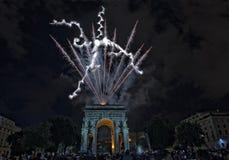 La Feliz Año Nuevo y los felices fuegos artificiales de Navidad en triunfo forman arcos Imágenes de archivo libres de regalías