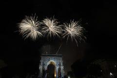 La Feliz Año Nuevo y los felices fuegos artificiales de Navidad en triunfo forman arcos Imagen de archivo