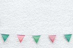 La feliz fiesta de Navidad señala la ejecución del empavesado por medio de una bandera en el fondo blanco de la pared en evento d Imagen de archivo libre de regalías