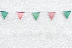 La feliz fiesta de Navidad señala la ejecución del empavesado por medio de una bandera en el fondo blanco de la pared en evento d Imagenes de archivo