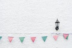 La feliz fiesta de Navidad señala la ejecución del empavesado por medio de una bandera en el fondo blanco de la pared en evento d Fotografía de archivo libre de regalías
