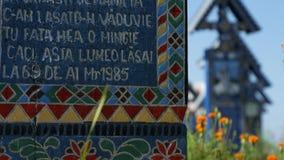 La feliz imagen del cementerio con muchos cruz de madera colorida pintó los monumentos fúnebres almacen de metraje de vídeo
