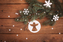 La Feliz Navidad carda decoraciones en el corte de papel con el abeto Fotos de archivo libres de regalías