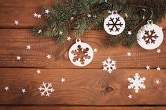 La Feliz Navidad carda decoraciones en el corte de papel con el abeto Imágenes de archivo libres de regalías