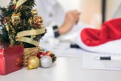La Feliz Navidad y la Feliz Año Nuevo, equipo joven del negocio son cele Imagen de archivo libre de regalías