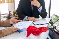 La Feliz Navidad y la Feliz Año Nuevo, equipo joven del negocio son cele Imagenes de archivo