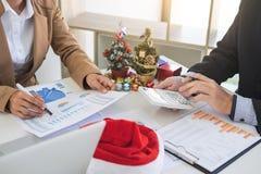 La Feliz Navidad y la Feliz Año Nuevo, equipo joven del negocio son cele Foto de archivo
