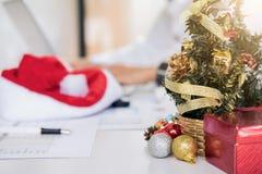 La Feliz Navidad y la Feliz Año Nuevo, equipo joven del negocio son cele Fotos de archivo libres de regalías