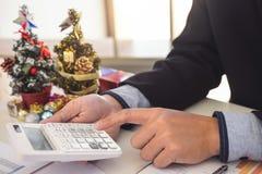 La Feliz Navidad y la Feliz Año Nuevo, equipo joven del negocio son cele Imágenes de archivo libres de regalías