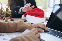 La Feliz Navidad y la Feliz Año Nuevo, equipo joven del negocio son cele Foto de archivo libre de regalías