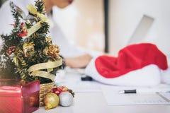 La Feliz Navidad y la Feliz Año Nuevo, equipo joven del negocio son cele Fotos de archivo