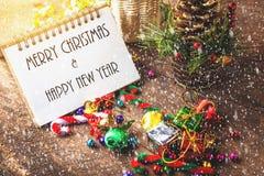 La Feliz Navidad y el año de Happynew mandan un SMS en el cuaderno en blanco Fotografía de archivo libre de regalías