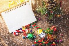 La Feliz Navidad y el año de Happynew mandan un SMS en el cuaderno en blanco Fotografía de archivo