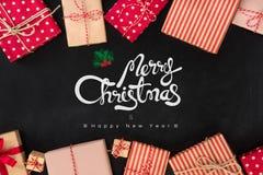 La Feliz Navidad y la Feliz Año Nuevo mandan un SMS con las cajas de regalo en negro Imagen de archivo libre de regalías