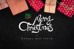La Feliz Navidad y la Feliz Año Nuevo mandan un SMS con las cajas de regalo en negro Imágenes de archivo libres de regalías