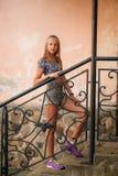 La femelle adolescente dans une heure d'été passent le temps près de l'école d'art Photos stock