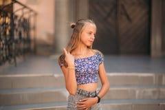 La femelle adolescente dans une heure d'été passent le temps près de l'école d'art Images libres de droits