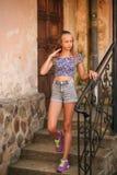 La femelle adolescente dans une heure d'été passent le temps près de l'école d'art Photographie stock libre de droits