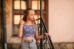 La femelle adolescente dans une heure d'été passent le temps près de l'école d'art Image stock