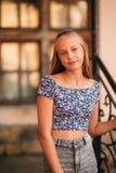 La femelle adolescente dans une heure d'été passent le temps près de l'école d'art Photographie stock
